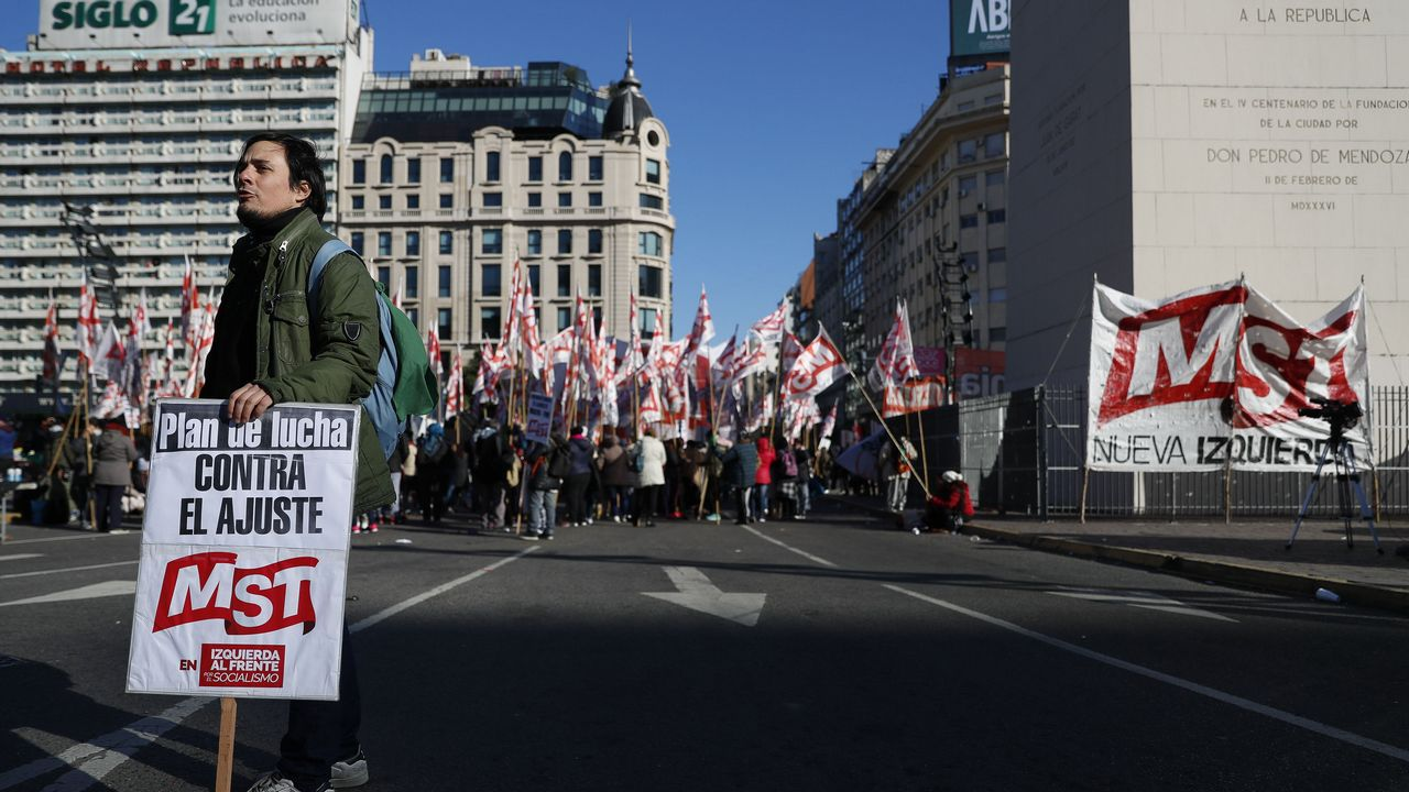 La manifestación contra el machismo en las aulas en imágenes.Los sindicatos se felicitan por la masiva adhesión al paro que dejó la capital semidesierta
