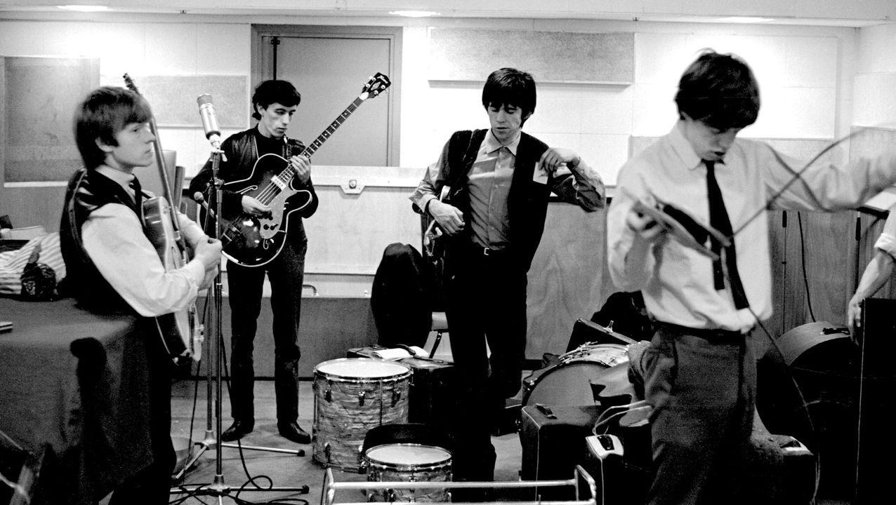 «Paint It Black», de los Rolling Stones y versionada por Los Salvajes en España como «Todo Negro» fue compuesta en 1966
