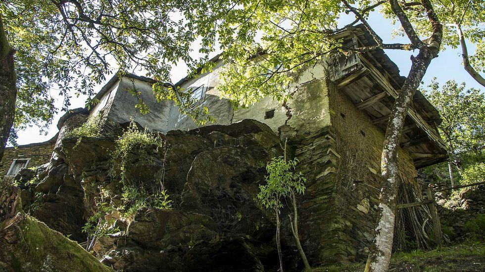Buena parte de las viviendas de A Ferreiría se levantan sobre grandes peñascos