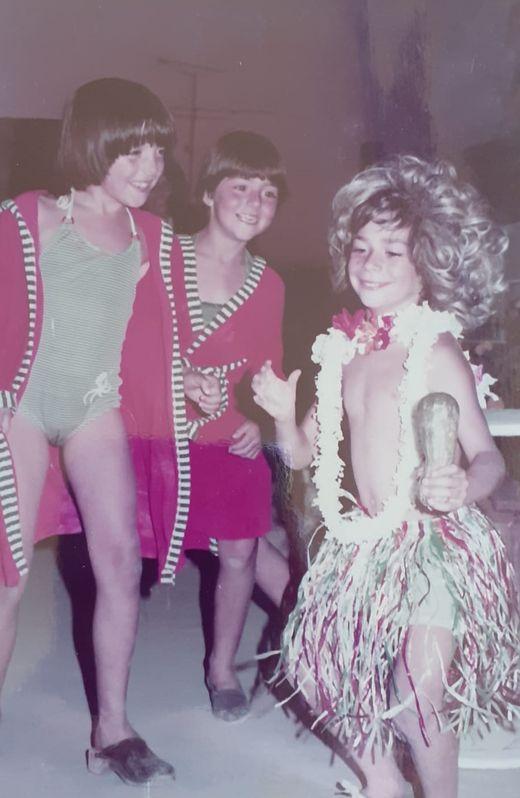Amaro,  que fue padre hace tres meses, en una foto, al estilo Bora Bora, en una fiesta familiar en Nigrán acompañado de dos primas.