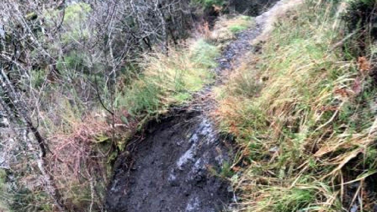 Un desplome de tierras causado por los temporales cortó un tramo del camino en las cercanías del la localidad de Ferreirós de Abaixo
