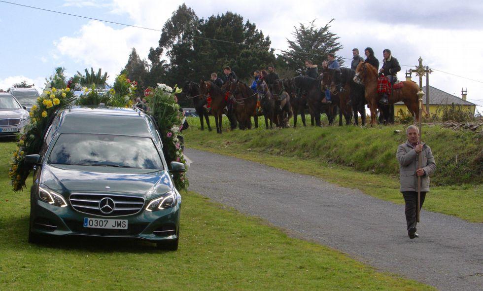Lo que se sabe del crimen de Tatiana.A la izquierda el coche fúnebre con los restos mortales de Tatiana y a la derecha, los jinetes.