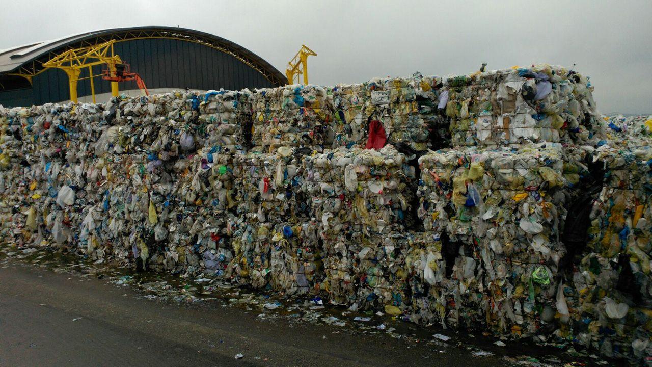 contaminación, polución .Basura en el vertedero de Cogersa