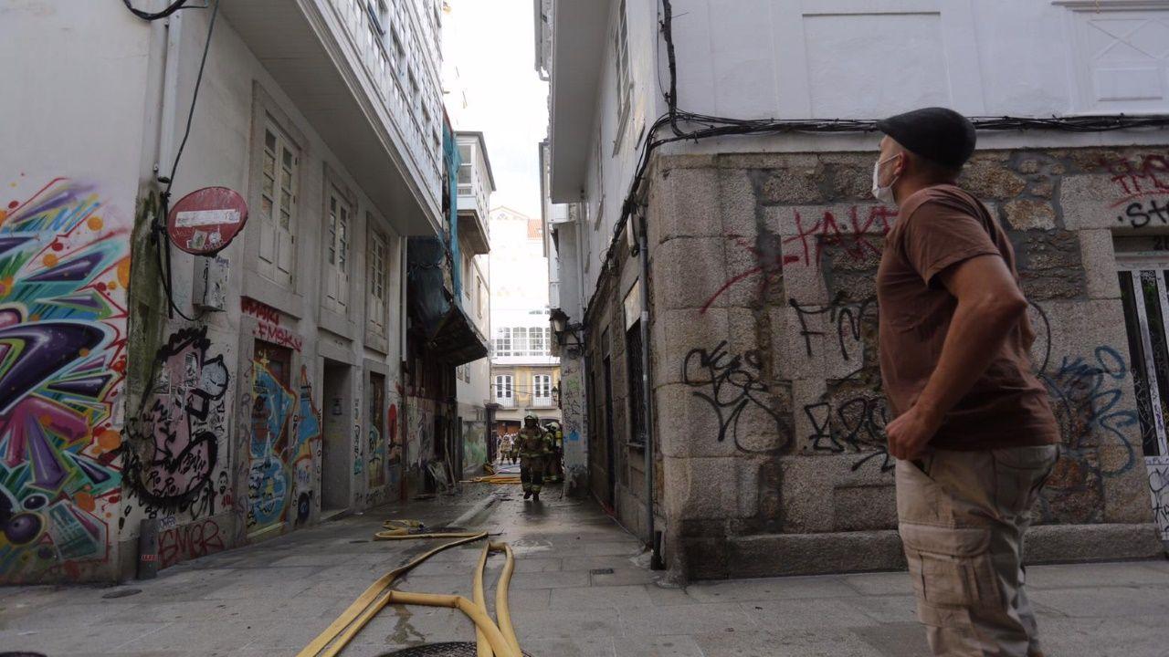 Los Bombeiros de A Coruña sofocan el incendio originado en la Travesía de San Andrés