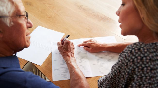 Una persona realizando un testamento