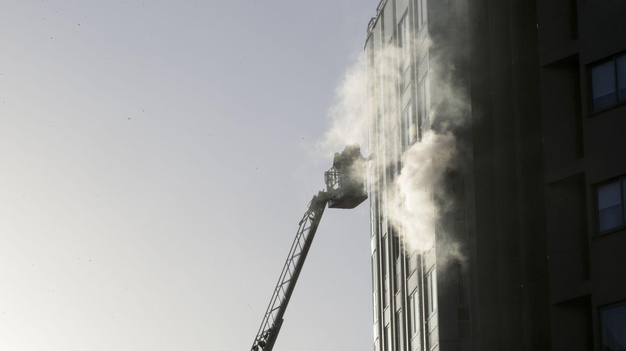 Un incendio obliga a desalojar un edificio en la ronda de Outeiro.REPORTAJE SOBRE LA ACESEBILIDAD. Felipe Cotelo
