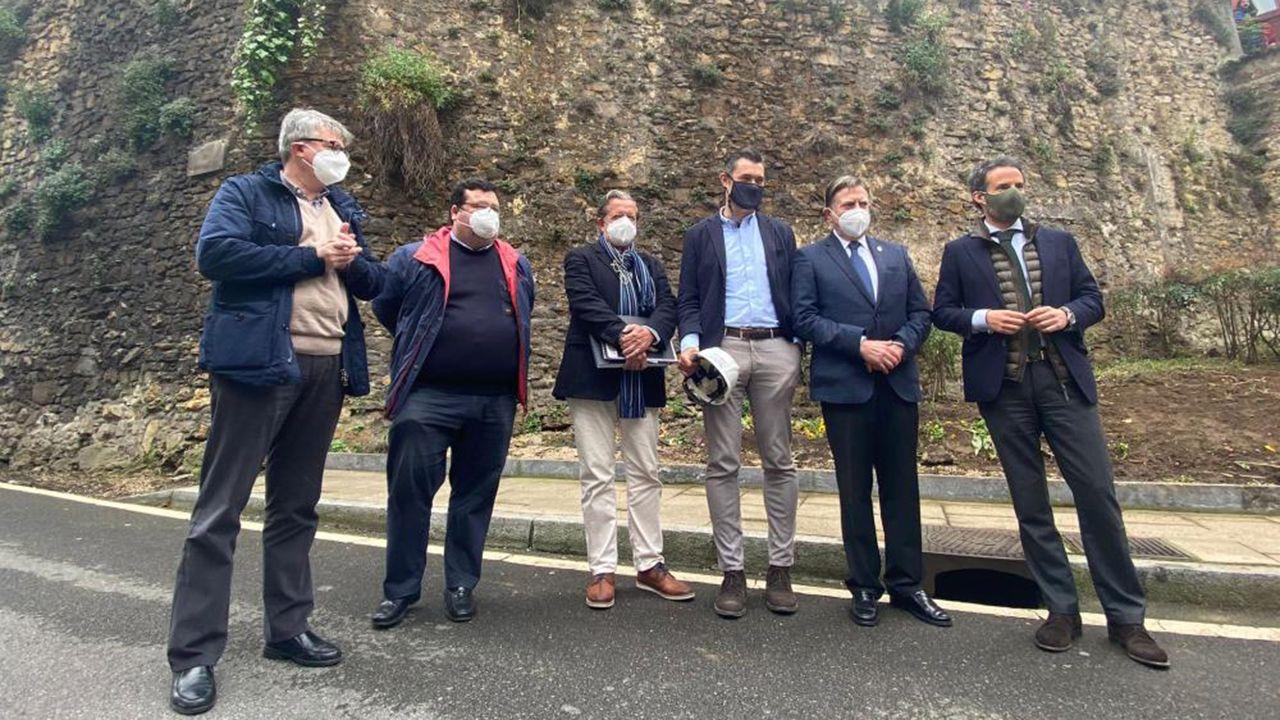 El alcalde, Alfredo Canteli y los concejales Ignacio Cuesta y Luis Pacho visitan el inicio de las obras para la recuperación de la muralla medieval de Oviedo