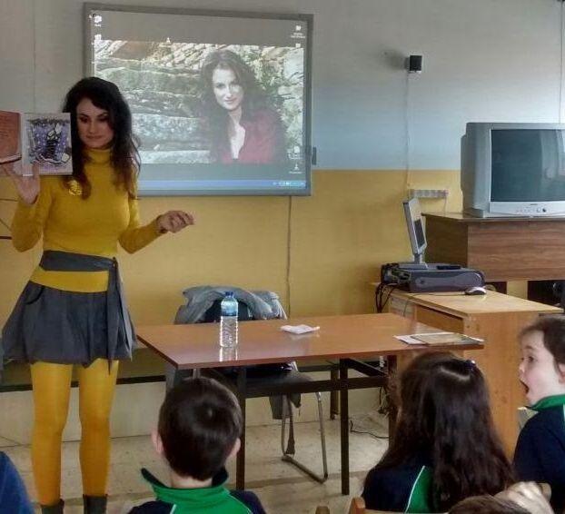 Poesía por los cielos de Vigo.La poetisa coruñesa Yolanda Castaño, ayer, en el centro.