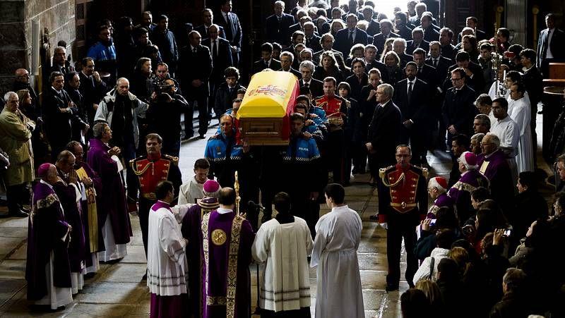 Despedida a Adolfo Suárez.Las entonces princesas Máxima y Letizia armaron un pequeño lío para darse la paz en una misa.