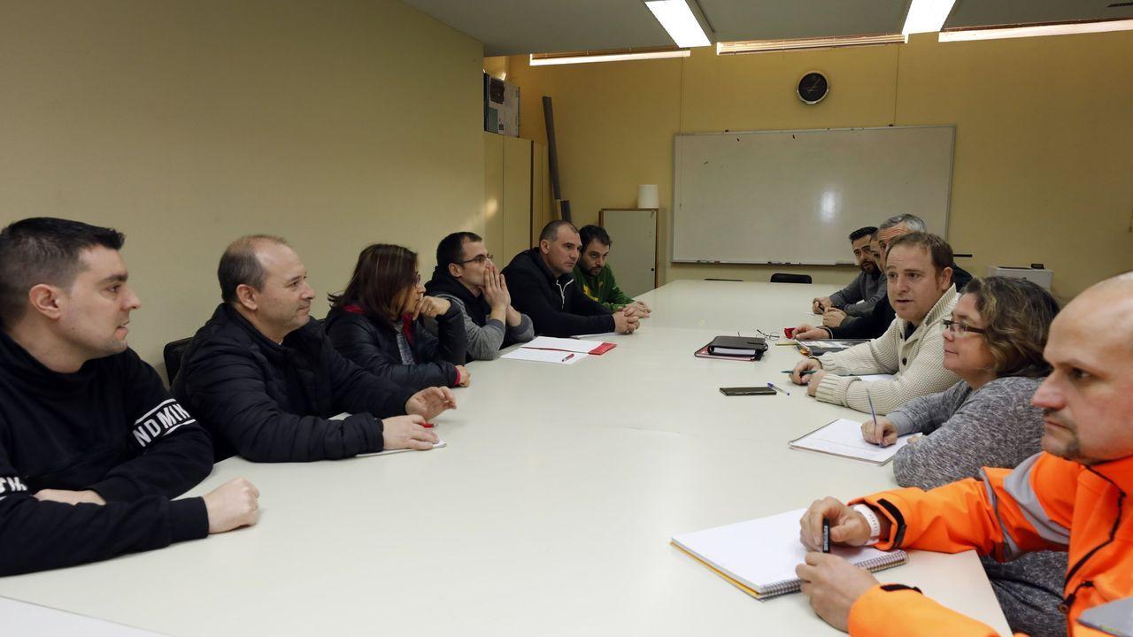 A la izquierda, representantes de las auxiliares de la fábrica de alúmina y aluminio; y a la derecha, el comité de Alcoa San Cibrao