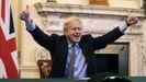 Boris Johnson levanta los pulgares durante una reunión por videoconferencia con la presidenta de la Comisión Europea, Ursula von der Leyen