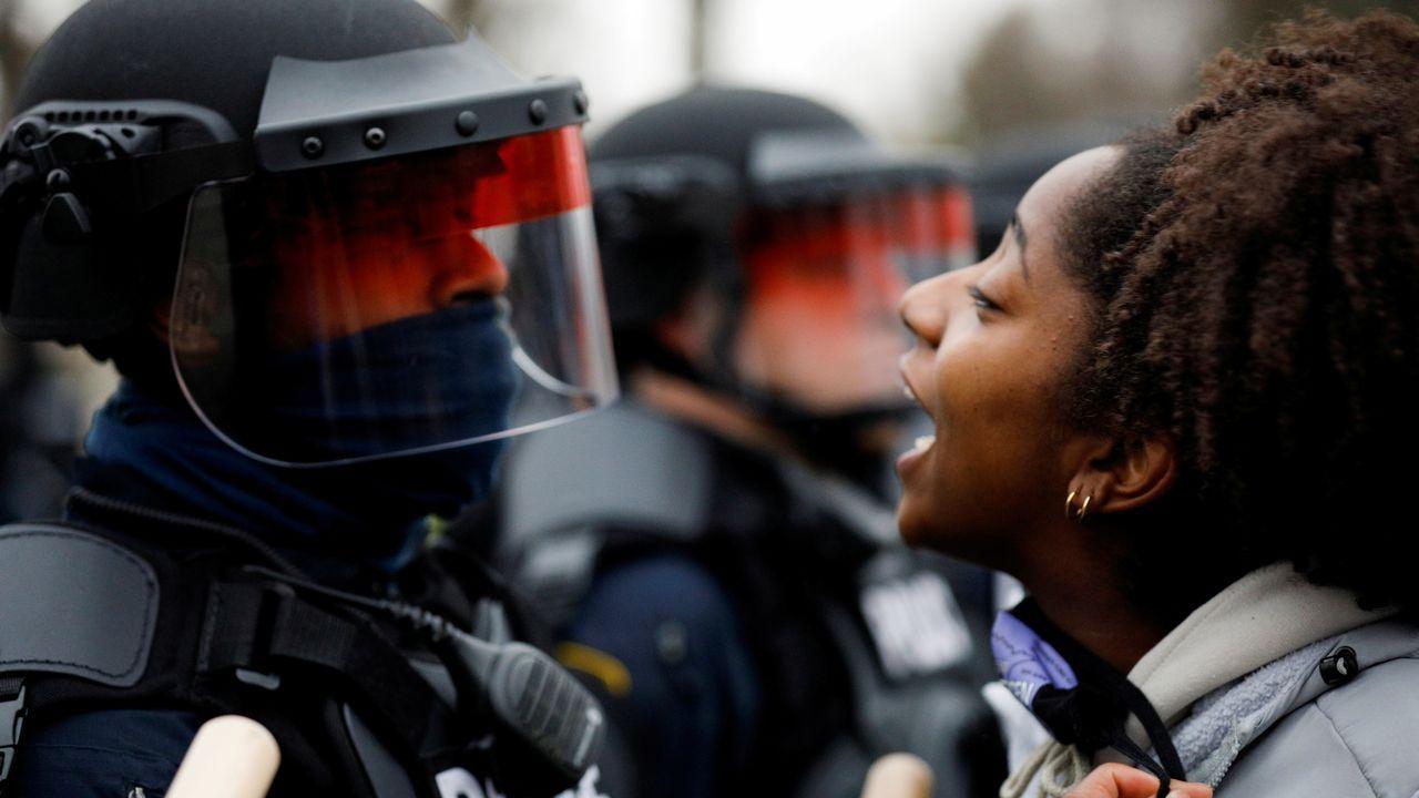 Una joven se enfrenta a la policía en las protestas en Brooklyn Center, un barrio de la ciudad de Mineápolis