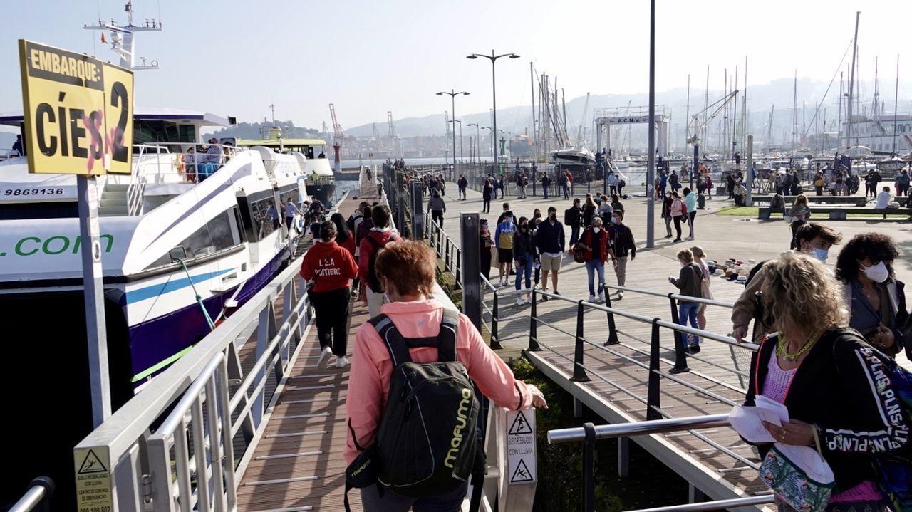 La embarcación Salvamar Mirach, entrando en el puerto de Cangas