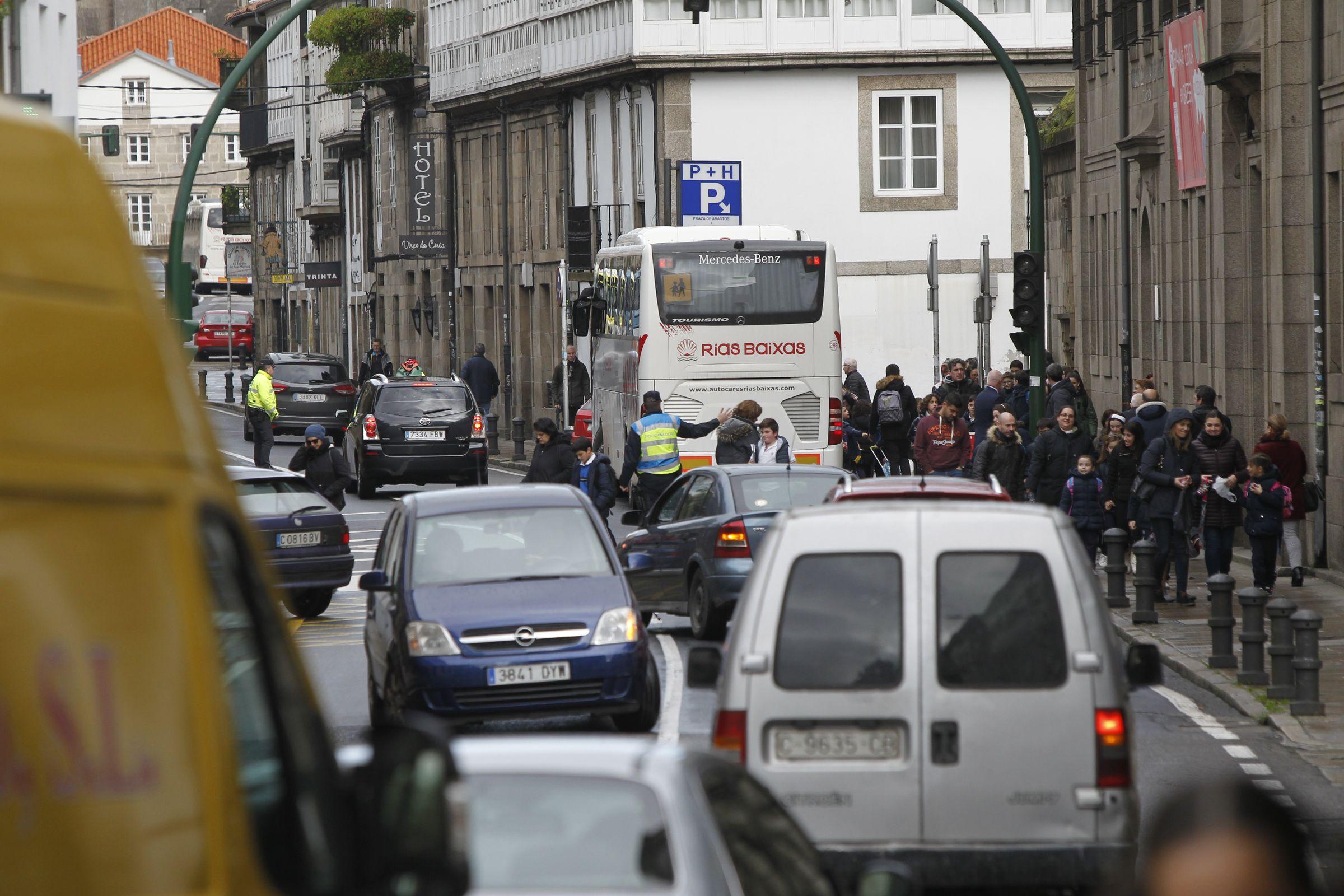 SANTIAGO: El área de Virxe da Cerca acumula hasta cuatro colegios que convierten el tráfico en una pesadilla