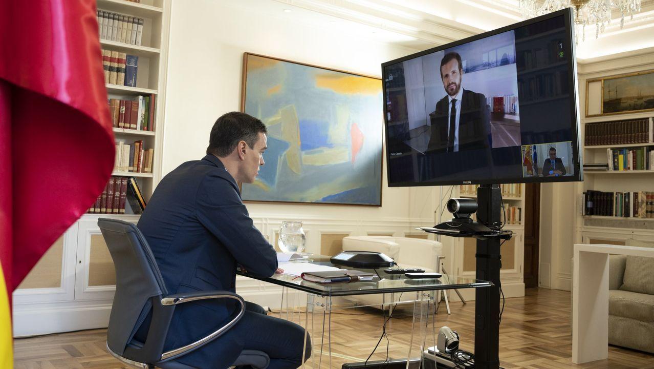 Pedro Sánchez, durante una videoconferencia con el líder del PP, Pablo Casado, el pasado 20 de abril para testar su disposición a sellar un gran pacto de país que favorezca la salida de la crisis