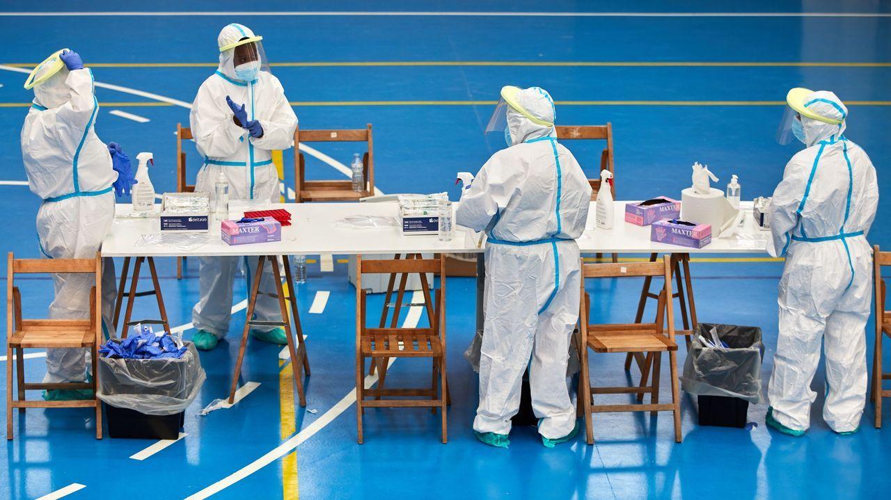 Personal sanitario se prepara para realizar pruebas PCR a los vecinos del pueblo de Sant Joan de les Abadesses (Gerona)