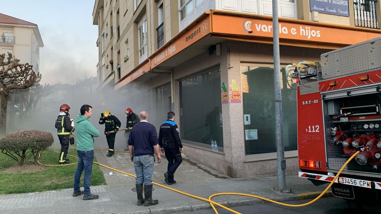Un incendioafecta a una ferretería yuna tienda de electrodomésticos en Rianxo