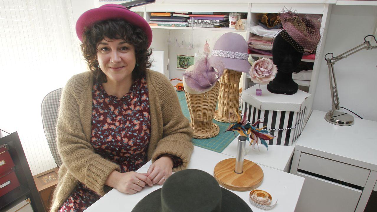 La sombrerera eumesa, en su taller, rodeada de algunas de sus últimas creaciones