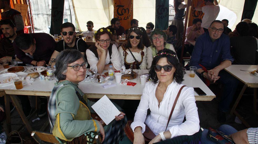 Ambiente en los puestos de comida de la Feira Medieval en A Régoa