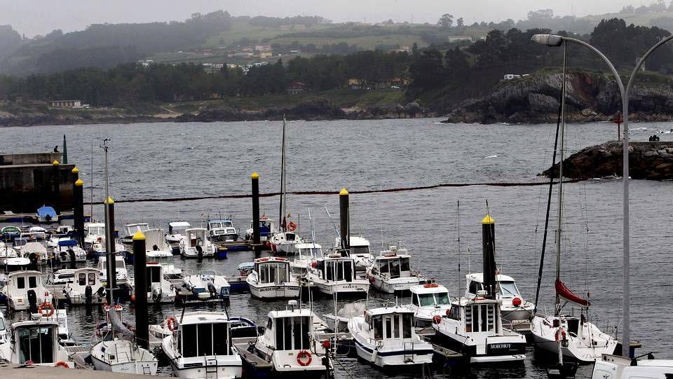 Gijon Asturias.Barrera de contención situada en los accesos al puerto de Candas.