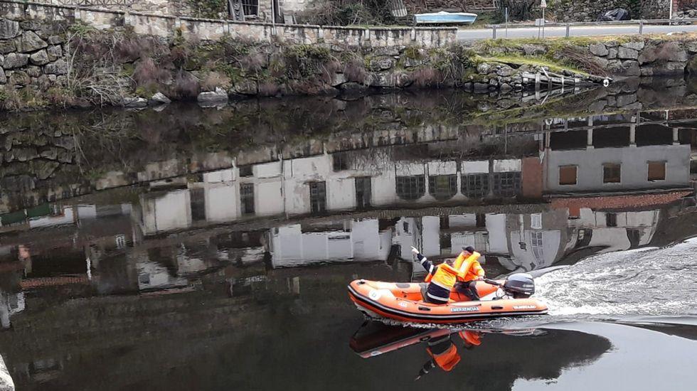 Voluntarios de Protección Civil rastrean el Miño en el pueblo de Belesar esta mañana para tratar de dar con el desaparecido