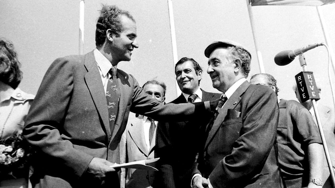 El rey, con Antonio Rosón, en su vista a Arneiro en julio de 1974