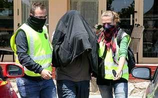 Dos agentes salen del hotel Orly, en Cambrils, con un detenido