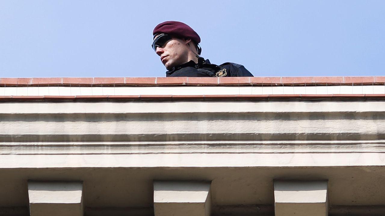 Vista general de la cárcel de Asturias.Un agente de policía vigila la ceremonia en honor a las víctimas del atentado terrorista del 17 de agosto del año pasado