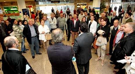 Responsables de la Xunta informan a los familiares del desvío del avión de las once y media.