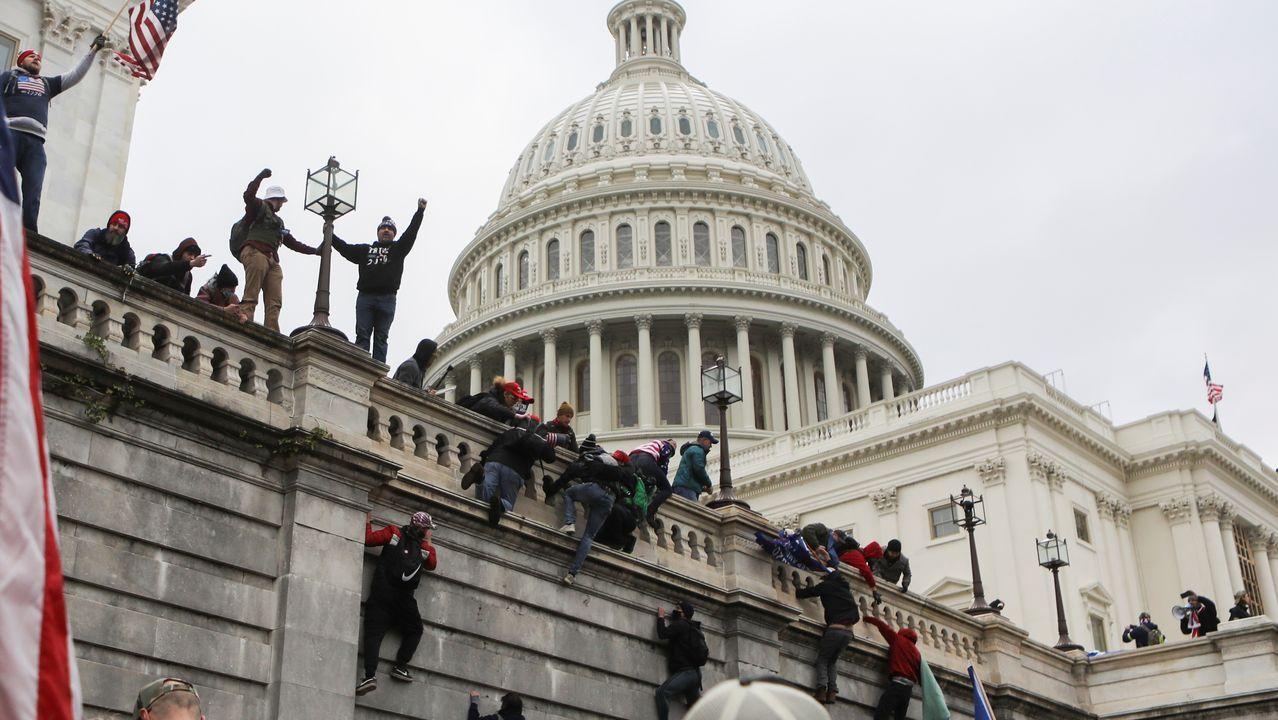 Seguidores de Trump subiendo por la fachada de la Cámara baja