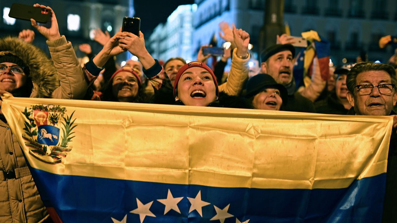 Más de 5.000 venezolanos, segun cifras de la Policia, se reunieron en la Puerta del Sol para aclamar a Guaidó