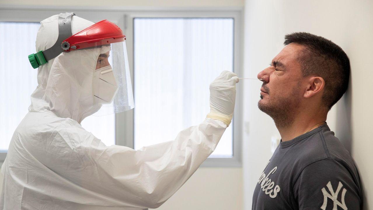 Un sanitario del 061 hace una prueba PCR a un vecino de Totana (Murcia)
