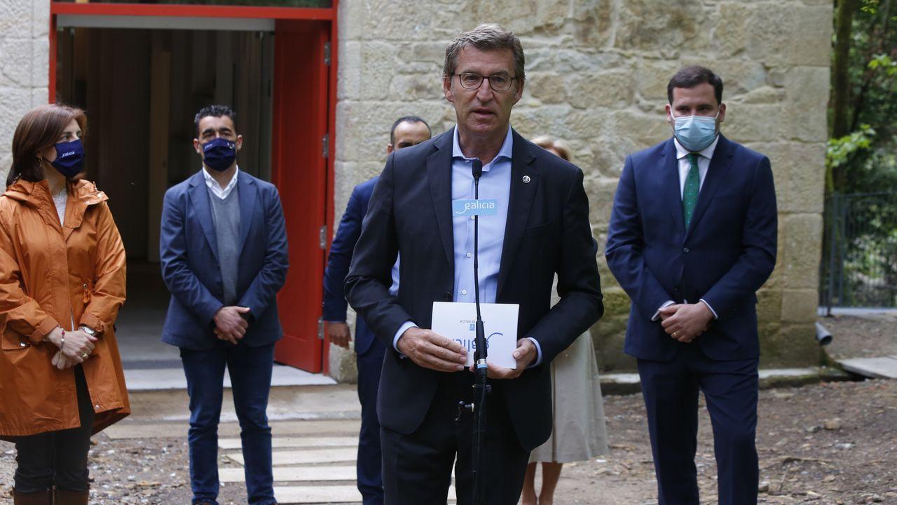 Colas para vacunarse contra el covid en Pontevedra.Alberto Núñez Feijoo habló sobre Ence en la visita a los Baños de San Xusto