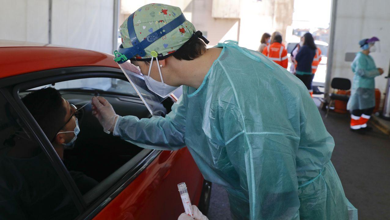 La vacunación masiva arranca en Santiago con aglomeraciones.Ángel Sesar, neurólogo del Chus, donde se usa una técnica pionera