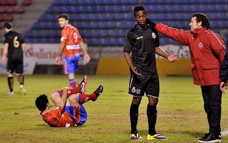Luisito coincide con Kone en la banda, tras su expulsión en el partido de O Couto.