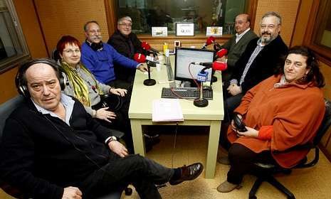 Los participantes conversaron en el estudio de Radio Voz Bergantiños.