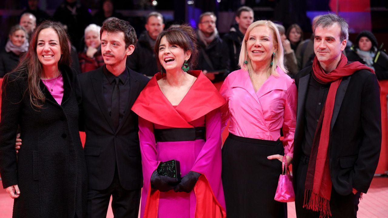 La directora de «El prófugo»,  Natalia Meta, acompañada de los actores Nahuel Pérez Biscayart, Erica Rivas, Cecilia Roth y Daniel Hendler, en la alfombra roja de la Berlinale