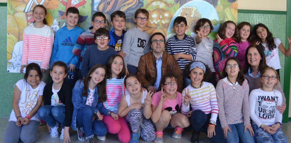 El autor cedeirés, rodeado de alumnos, en la jornada que vivió en el centro educativo Nicolás del Río.