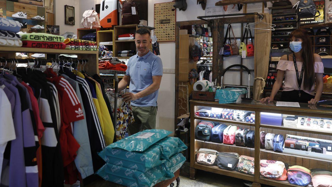 Jorge Bernández, en el interior de la tienda Sniker