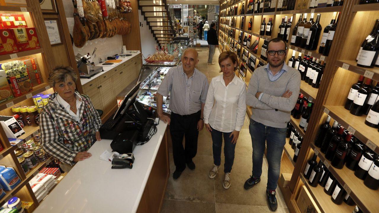 Los nietos del fundador, Ángeles y Francisco, a la derecha en una imagen de archivo de Casa Chao en Viveiro