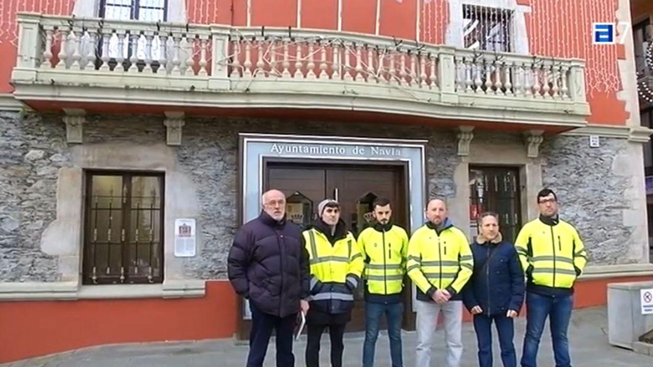 Trabajadores de la fábrica de purines de Navia, frente al ayuntamiento