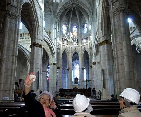 Madrid se engalana para la proclamación.Visitantes en la catedral de Santa María de Vitoria, ayer.