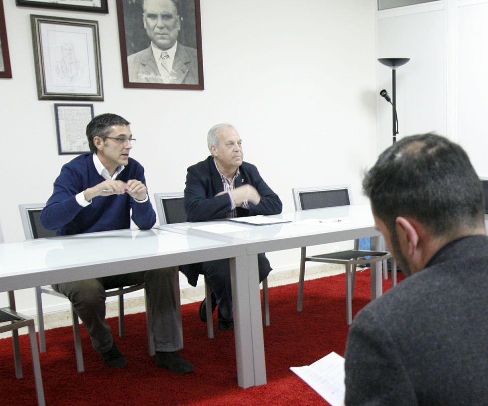 <span lang= es-es >Madina, en Betanzos</span>. El diputado recibió las sugerencias de Ramón García para presentar iniciativas en el Congreso.