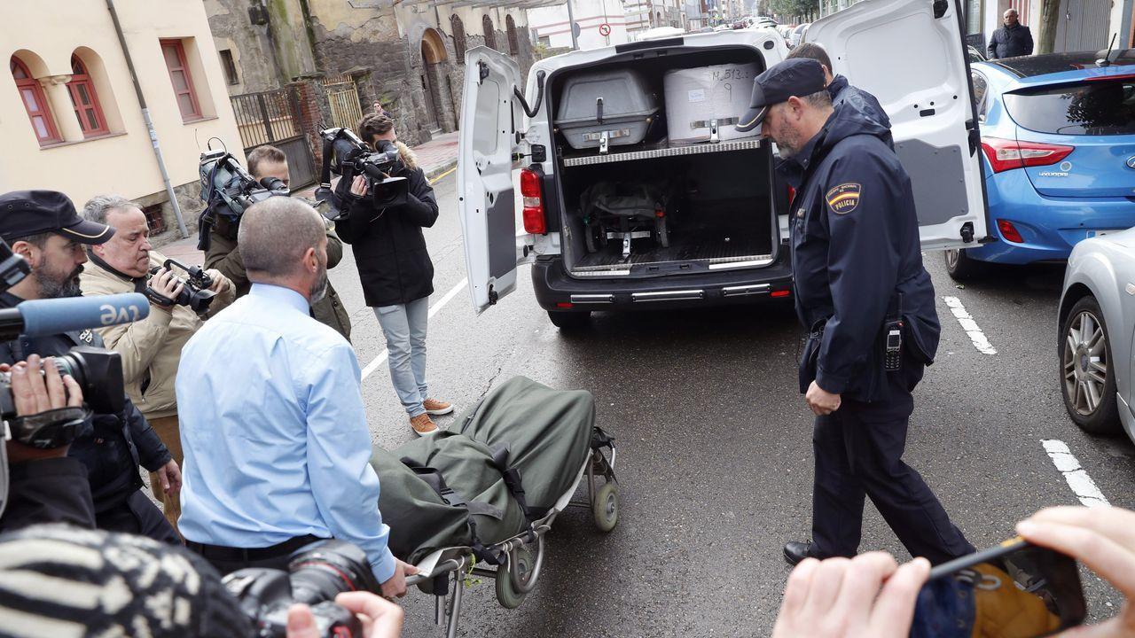 Empleados de los servicios funerarios trasladan el cuerpo de la víctima, en una imagen de 2019