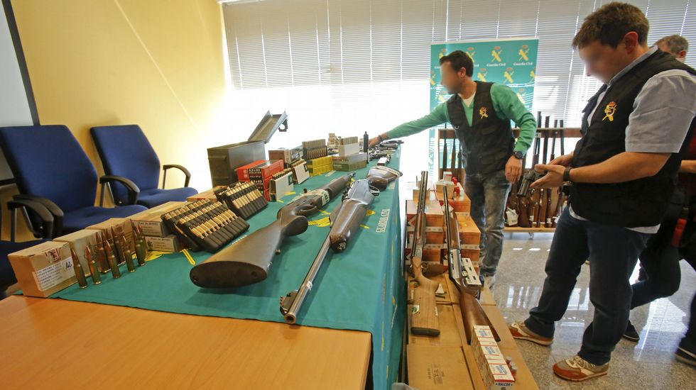 Desmantelado en Tomiño un taller ilegal de armas.Nuria Márquez Almuiña, con su familia