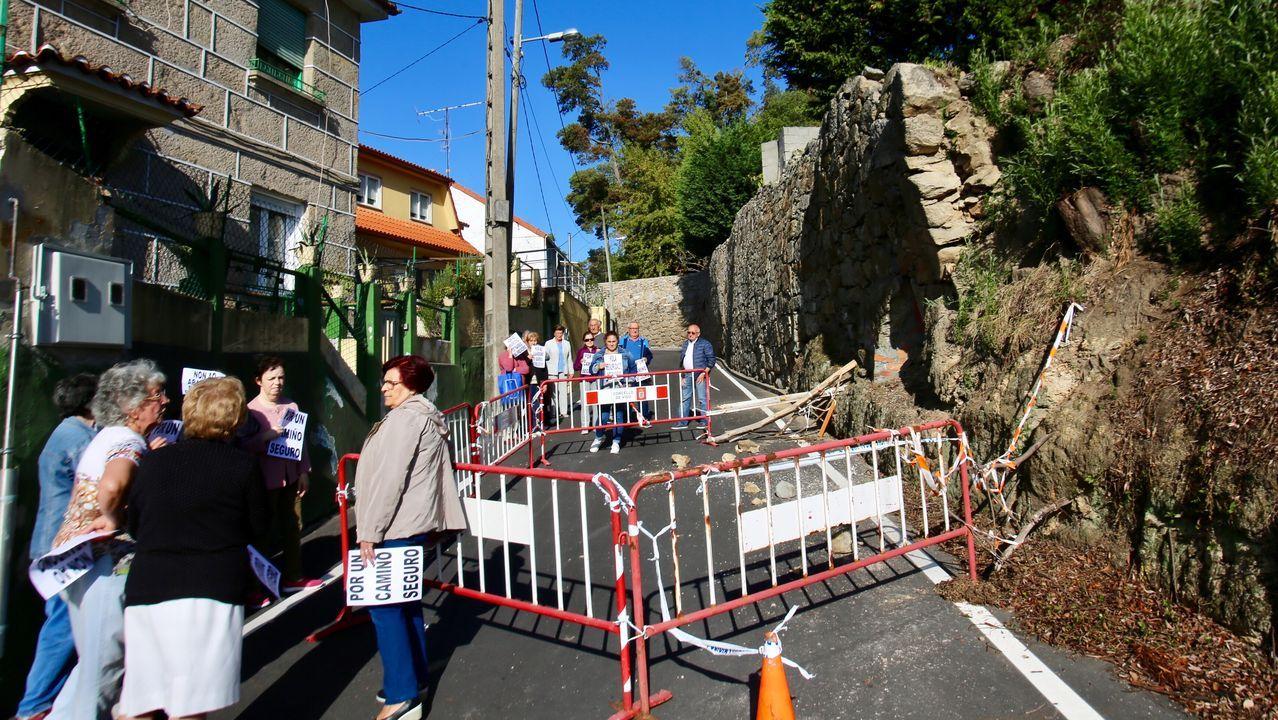 Vecinos del Camiño do Freixo, atrapados por un muro en riesgo de derrumbe