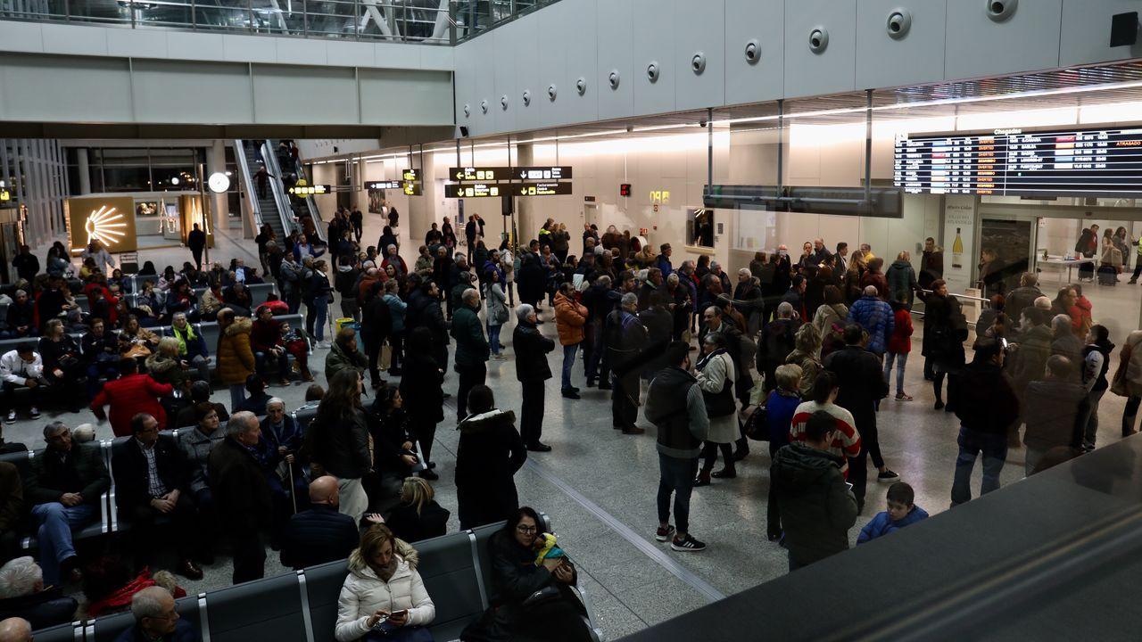 Troteiros de Bande en Santiago.Caos en la zona de llegadas del aeropuerto de Santiago por vuelos retrasados o cancelados