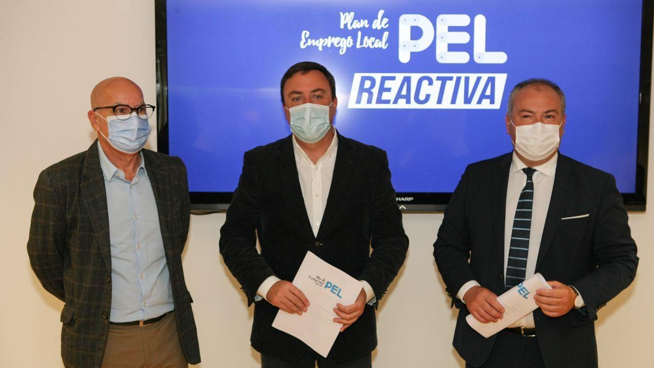 Daniel Alagüero explica en qué consiste la mascarilla magnética.Cartel en un bar de Oviedo