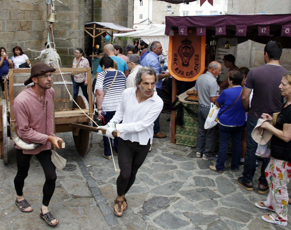 Compostela retrocede cien años con los coches y trajes clásicos.Roberto Covelo, en su establecimiento de la calle Venezuela de Vigo