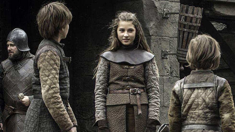 La joven Lyanna junto a sus hermanos Ned (izda.) y Benjen (dcha.)